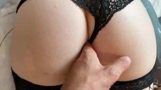 Szép popsis anyuka szexi fekete bugyiban és harisnyában dug