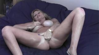 Nagy lógó cicis szőke anya olajos testét simogatja
