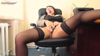 Szexi nagy cicis titkárnő anya az irodában masztizik
