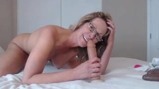 Szemüveges szőke anya nagy popsiját izgatja