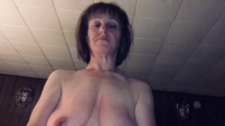 Amatőr lógó fonnyadt cicis anya nagy farkú fiával szexel