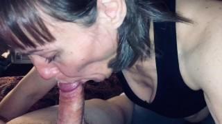 48 éves anyuka 28 éves srác nagy szőrös farkát szopja