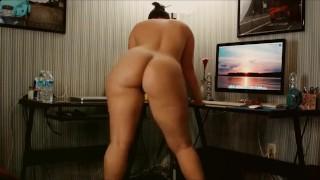 Amatőr anyuka szép nagy popsiját rázza a webkamera előtt