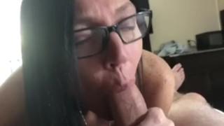 Szemüveges lógó cicis anya finom lassú farok szopása