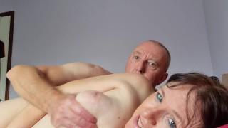 Amatőr nagy cicis anyuka férjével szexel