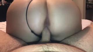 Szőke anyuka fekete szexi fehérneműben szexel