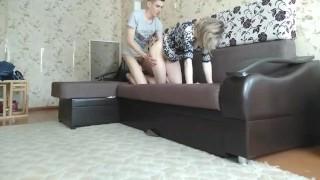 Szőke fiatalos anyukát keményen megdugja fia a kanapén