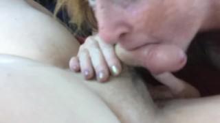 Szeplős bőrű nagy lógó cicis szőke anya a kocsiban szopik